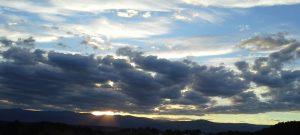 Wolken mit Silberstreif am Horizont
